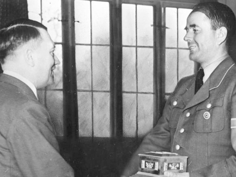 """Albert Speer, Reichsminister für Bewaffnung und Munition, erhält von Adolf Hitler den """"Fritz-Todt-Ring der Deutschen Technik"""""""