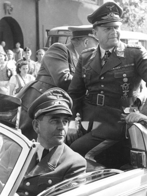 Albert Speer, ab 1942 Reichsminister für Rüstung und Kriegsproduktion, gemeinsam mit Erhard Milch, Generalfeldmarschall der Luftwaffe.