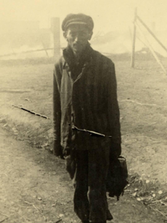 Ein Überlebender des KZ-Außenlagers Kaufering IV kurz nach der Befreiung
