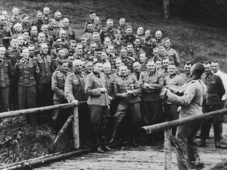 SS-Offiziere mit Otto Moll, Lagerführer des KZ-Lagers II.