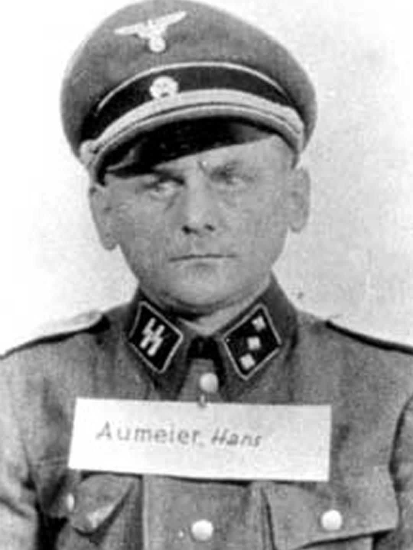 Haus Aumeier arbeitete in mehreren KZs, etwa in den Konzentrationslagern Auschwitz und Dachau, und später als Kommandant des KZ-Außenlagersystems Landsberg/Kaufering.