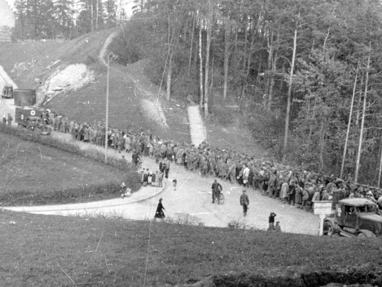 Todesmarsch von KZ-Häftlingen in Richtung Dachau.