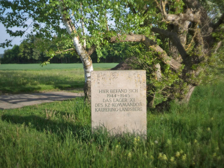 Gedenkstein für die KZ-Häftlinge am ehemaligen Gelände des KZ-Lagers Kaufering XI.
