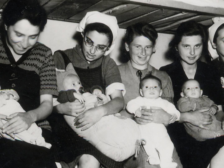 Kinder und Mütter nach der Befreiung des K-Lagers Dachau 1945