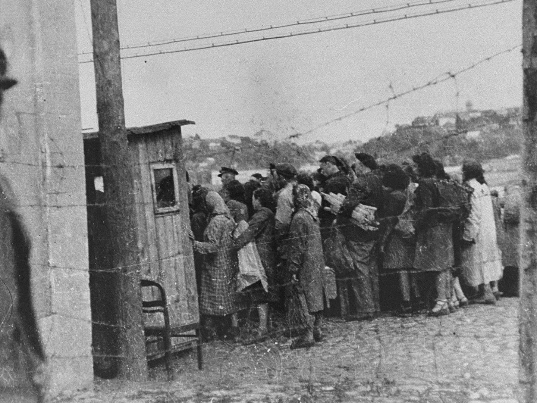 Durchsuchung jüdischer KZ-Häftlinge beim Ghetto Kaunas