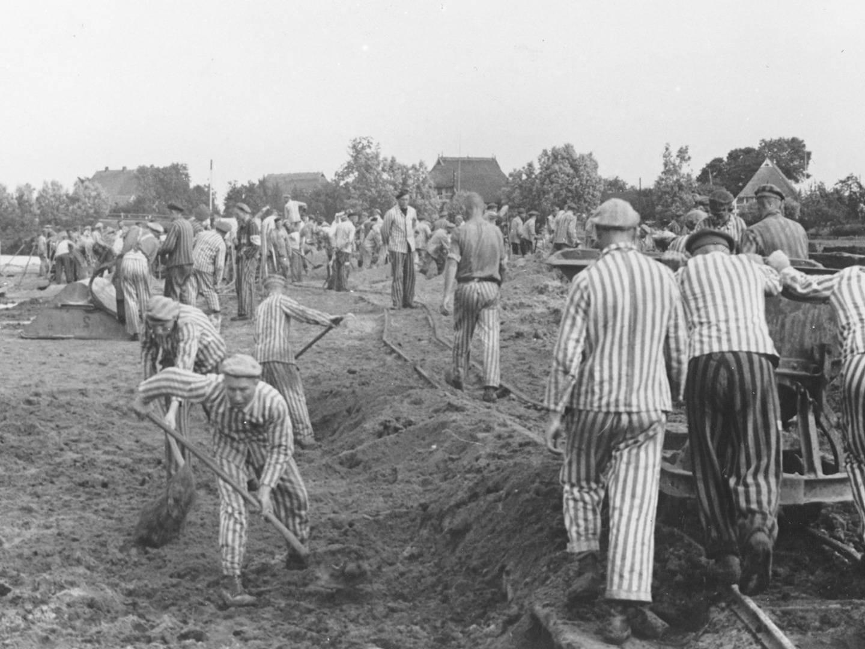 KZ-Häftlinge wurden für Bauarbeiten eingesetzt, hier für das KZ Neuengamme.
