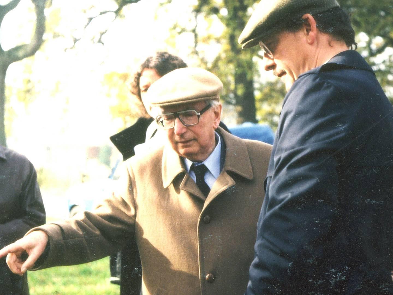 Dr. Viktor Emil Frankl bei Einweihung des Gedenksteins am ehemaligen KZ-Außenlager Kaufering III