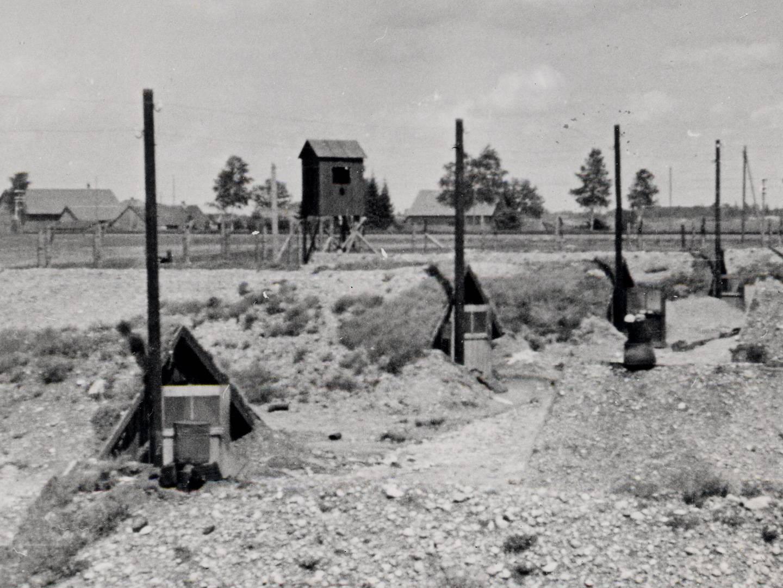 Erdhütten für KZ-Häftlinge des KZ-Lagers Kaufering IX.