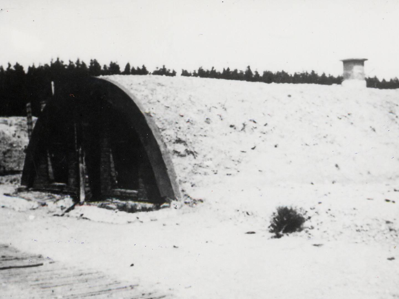Tonröhrenbauten neben Erdhütten und Finnenzelten als Unterkunft für KZ-Häftlinge