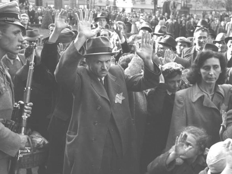 Ungarische und deutsche Soldaten treiben Juden zur Deportation ins Staatstheater