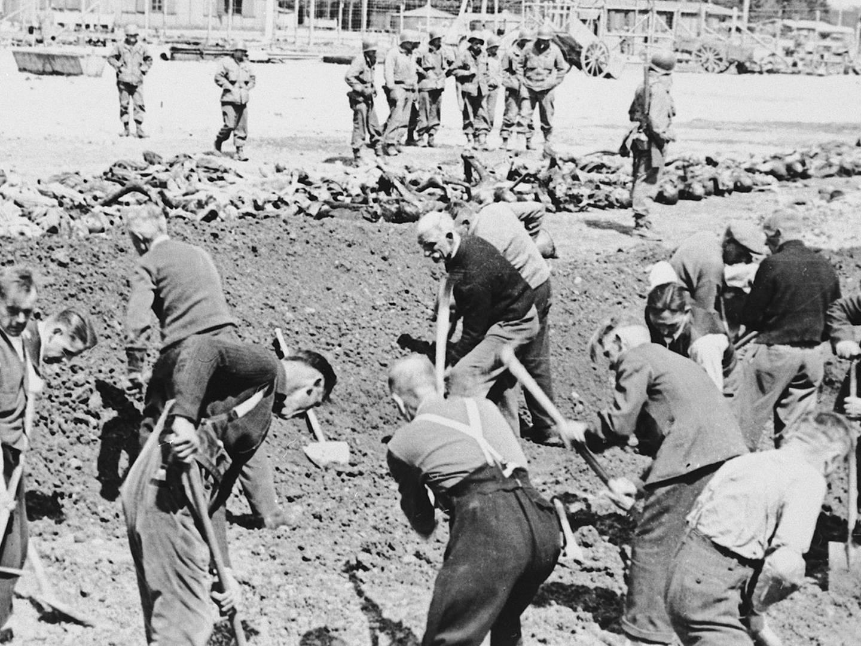 Amerikanische Soldaten zwangen Landsberger die Leichen derKZ-Häftlinge zu begraben.