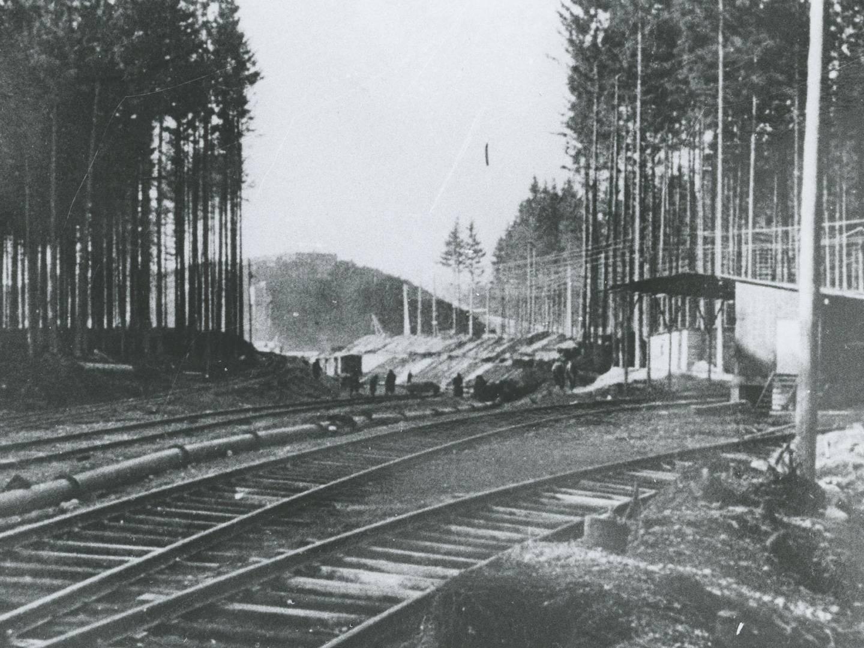 Gleise in den Bunkerbeustellen zum Transport der Betonfertigteilwerke