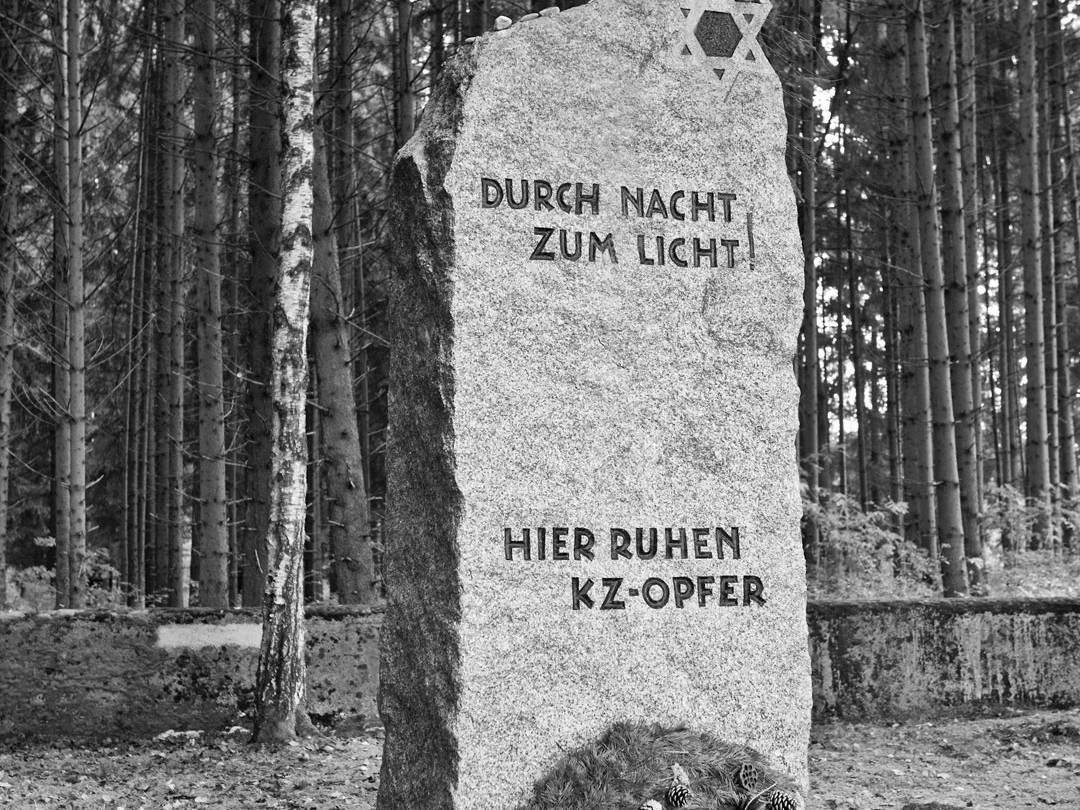 KZ-Friedhof Stoffersberg am Rand eines Waldstücks.