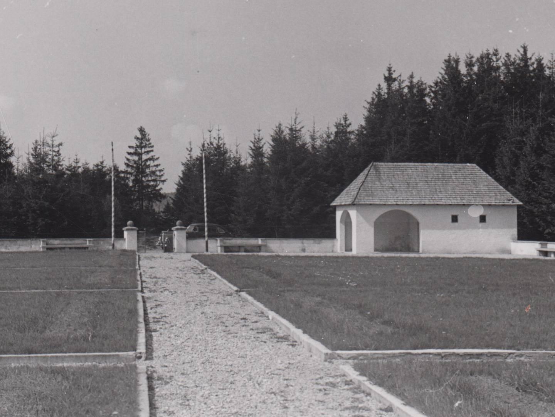 KZ-Friedhof Erpfting mit Gedenkstätte.