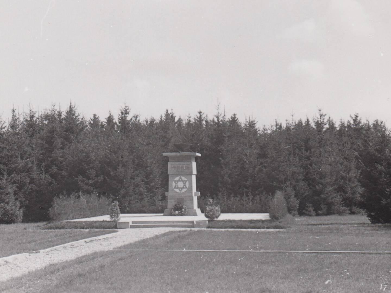 Denkmal mit Davidstern im KZ-Friedhof Erpfting.