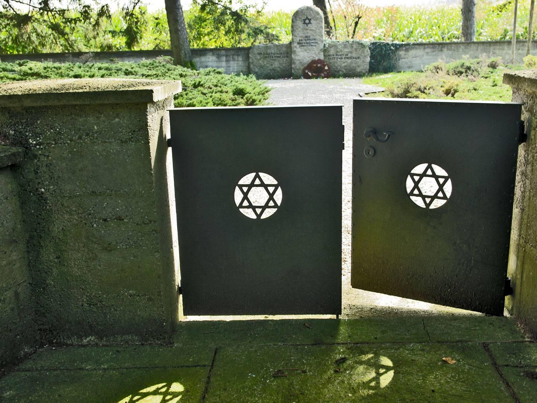 Eingang zum KZ-Friedhof Hurlach.