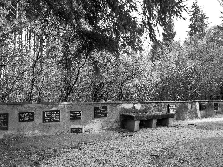 Gedenktafeln im KZ-Friedhof Kaufering-Nord.
