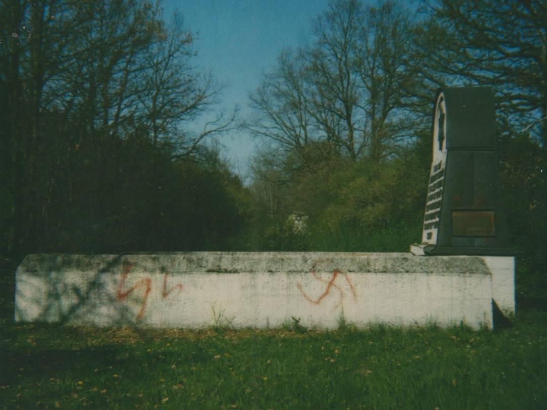 Vandalismus im KZ-Friedhof Schwabhausen.
