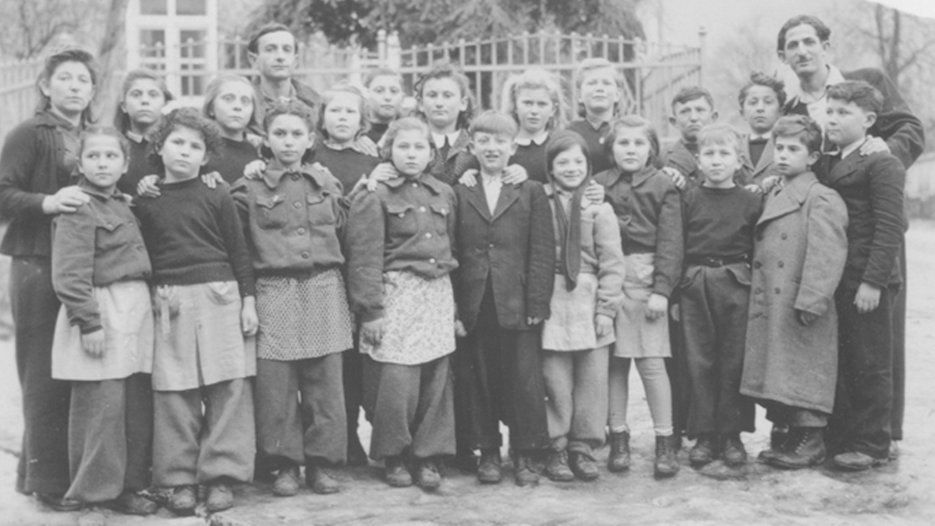 Schulgruppe im DP-Camp Schauenstein bei Hof im Jahr 1946.