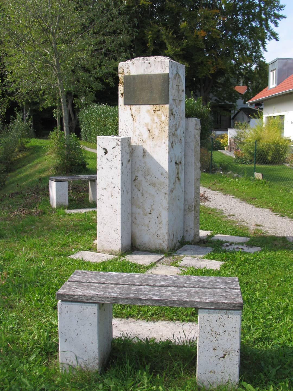 Mahnmal für die Opfer des KZ-Lagers Kaufering X auf dem ehemaligen Fabrikgelände der Firma Dyckerhoff & Widmann.