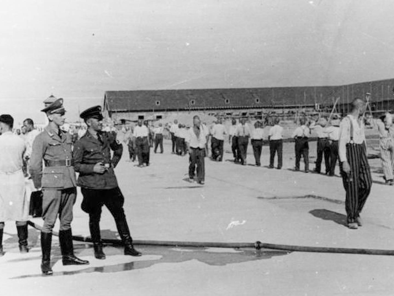 SS-Wachen und KZ-Häftlinge des KZ Dachau.