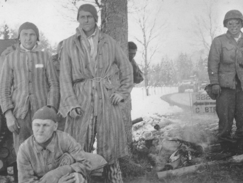 US-amerikanischer Soldat neben den auf dem Todesmarsch befreiten KZ-Häftlinge.