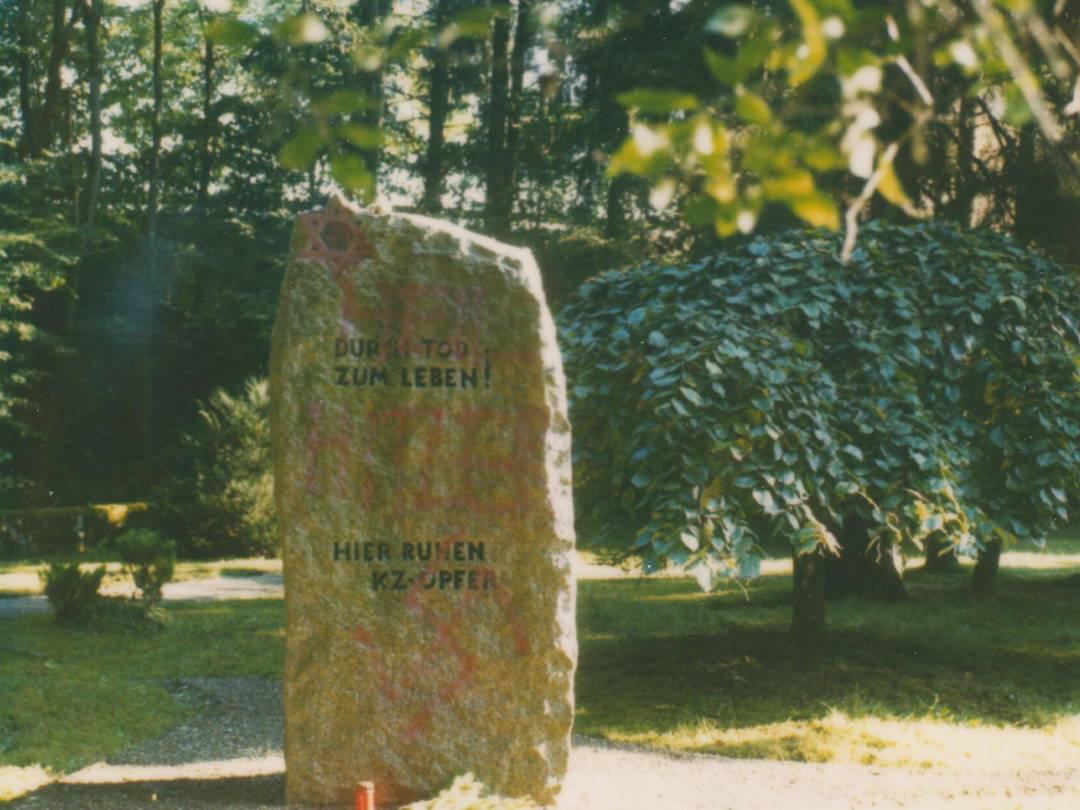 Nationalsozialistische und beleidigende Parolen auf der Friedhofsanlage.