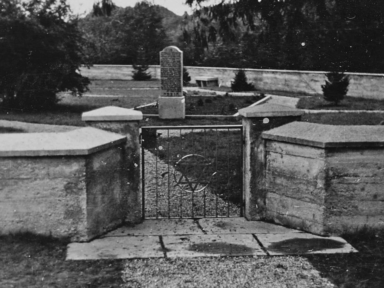 Eingang zum KZ Friedhof in den 1950er-Jahren.