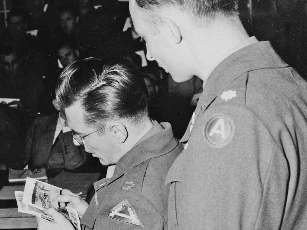 Captain John Barnett verifiziert Aufnahmen der Massengräber in der Hurlacher Heide während des Dachauer Prozesses.