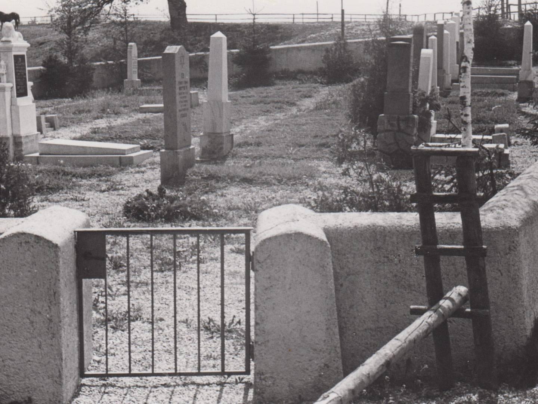 1947 und 1954 wurde der KZ-Friedhof umgestaltet.