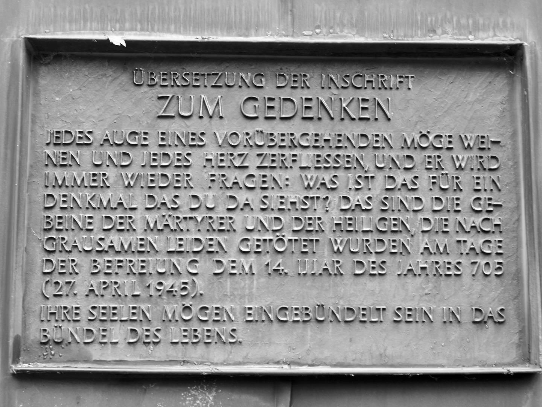 Übersetzung der Inschrift eines der Denkmäler auf dem KZ-Friedhof.