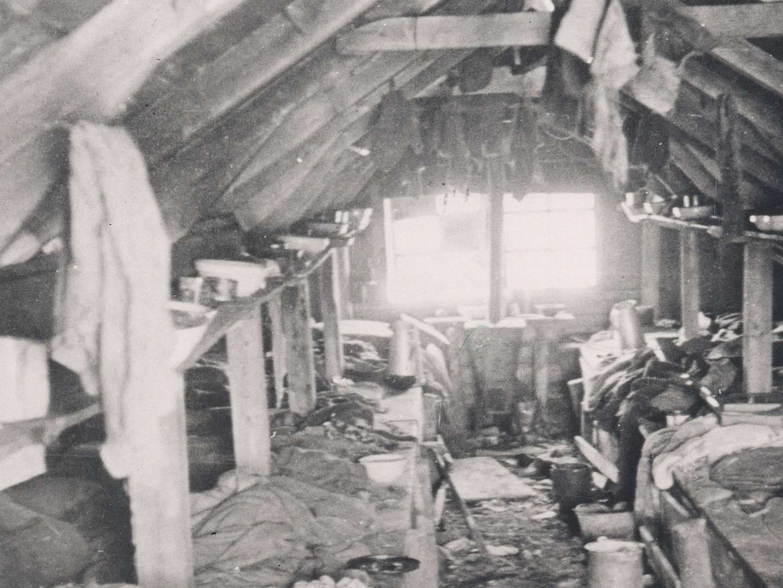 Katastrophale Bedingungen in den Erdhütten des KZ-Lagers Kaufering IV.