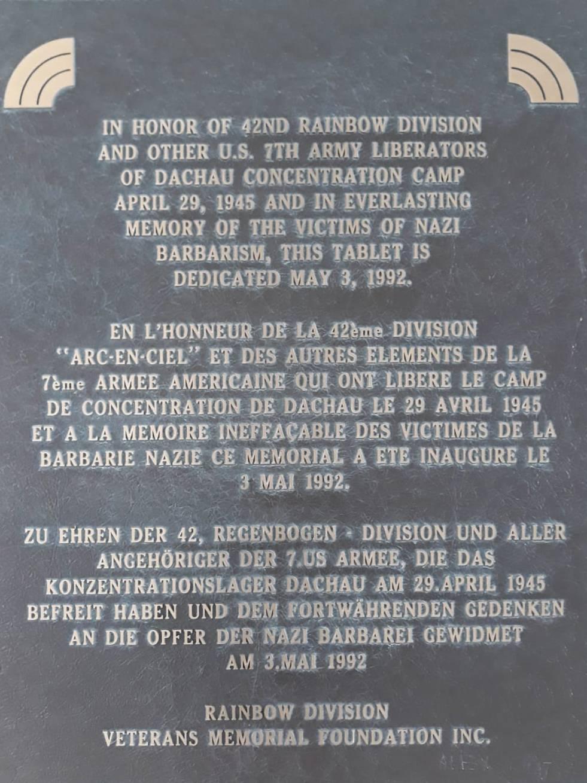 Gedenkplatte am Eingang der KZ-Gedenkstätte Dachau.