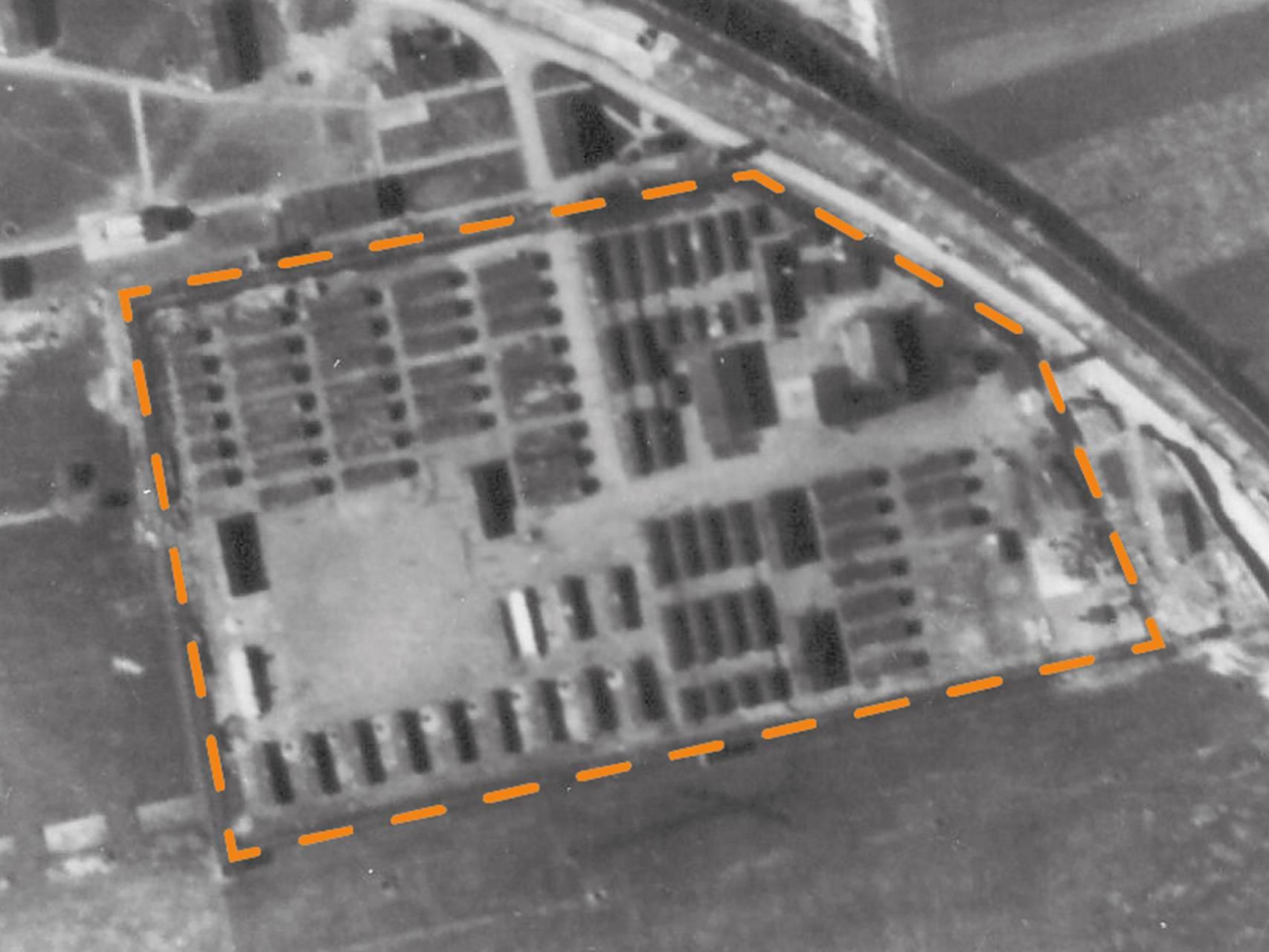 Luftbildaufnahme des KZ-Lagers Kaufering III von 1945.