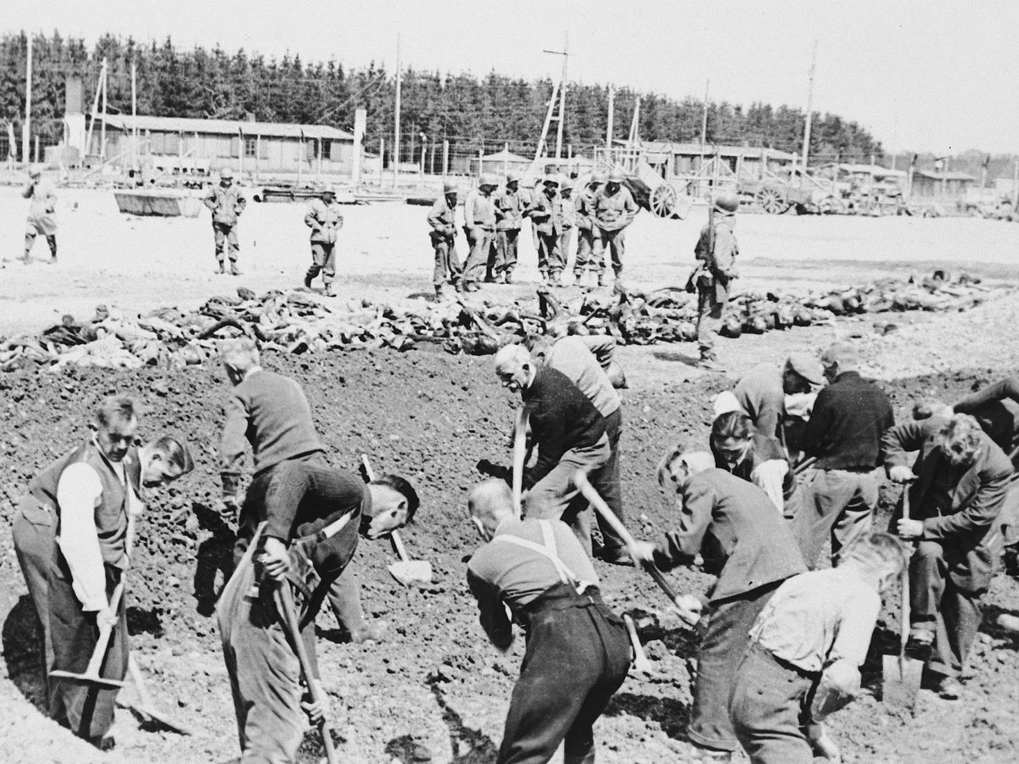 Begräbnis der toten KZ-Häftlinge nach der Befreiung.