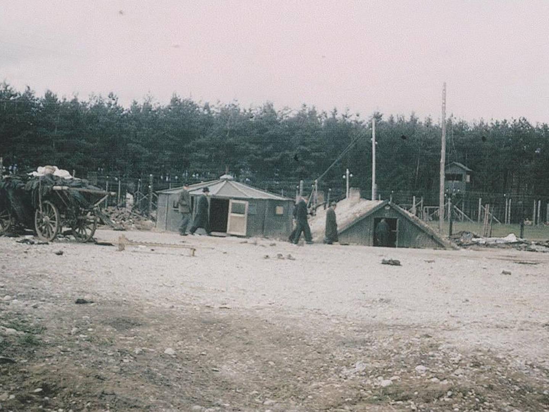 Finnenzelte aus Sperrholzplatten als Unterkünfte für KZ-Häftlinge.