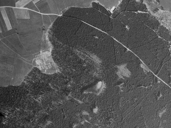 Luftbildaufnahme der Gemeinde Türkenfeld mit sichtbaren Strukturen eines KZ-Lagers.