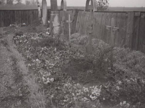 Sechs Gräber von ehemaligen KZ-Häftlingen auf dem Flüchtlingsfriedhof in Holzhausen.