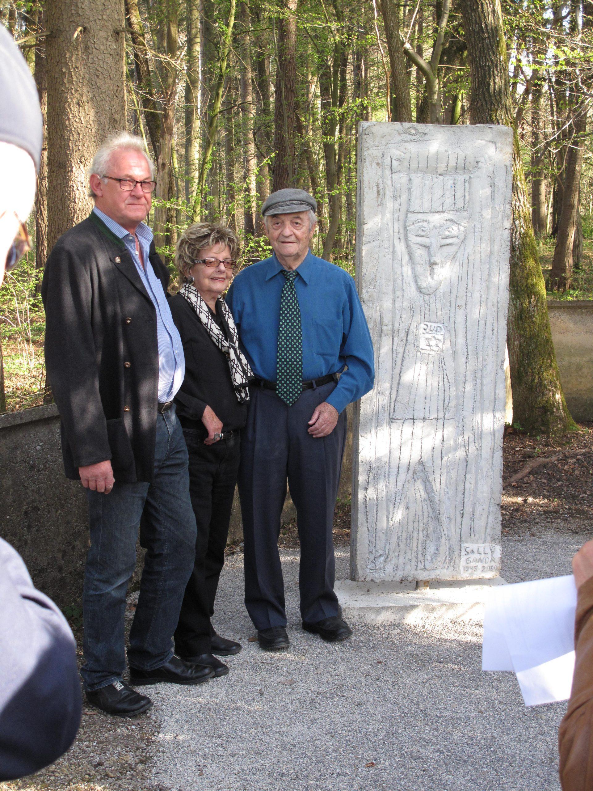 Solly Ganor, Überlebender des Lagers Kaufering X, stellt Betonstele zum Gedenken an KZ-Häftlinge auf.