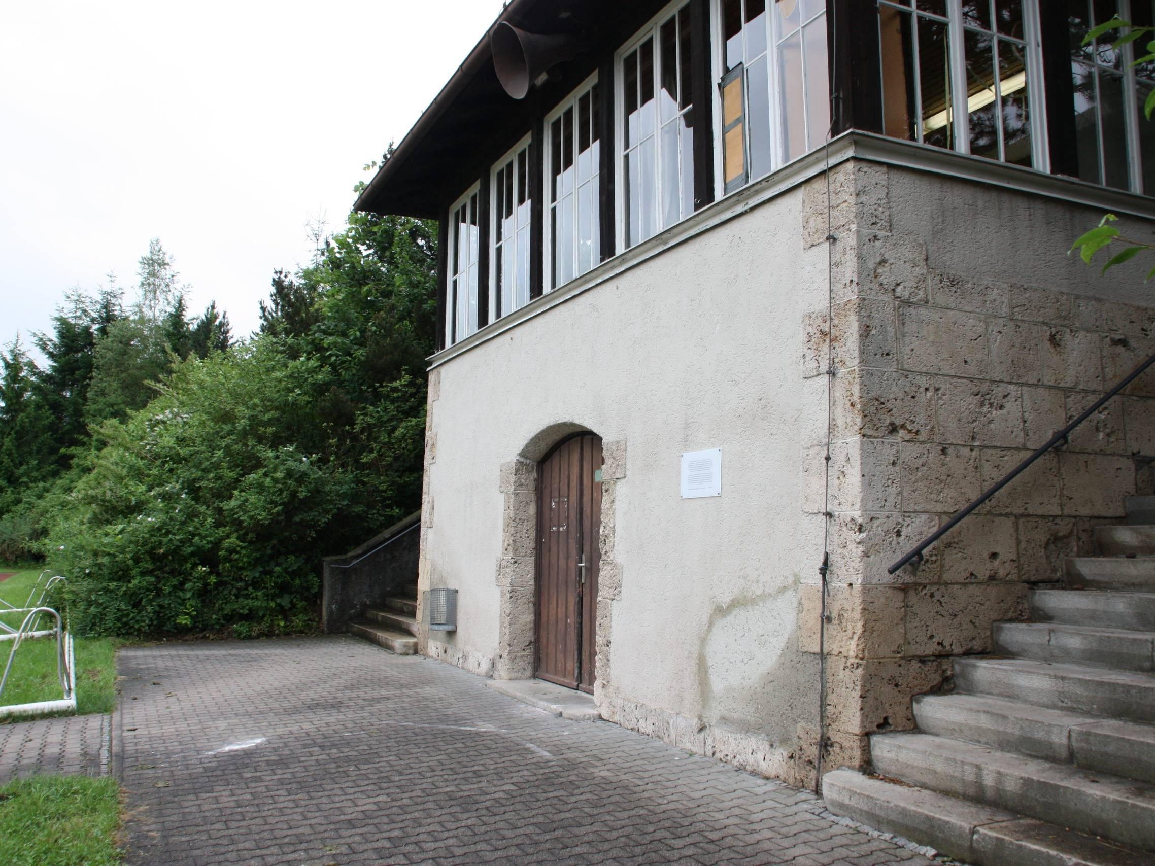 Gedenktafel für KZ-Häftlinge informiert über das ehemalige KZ-Außenlager Penzing.