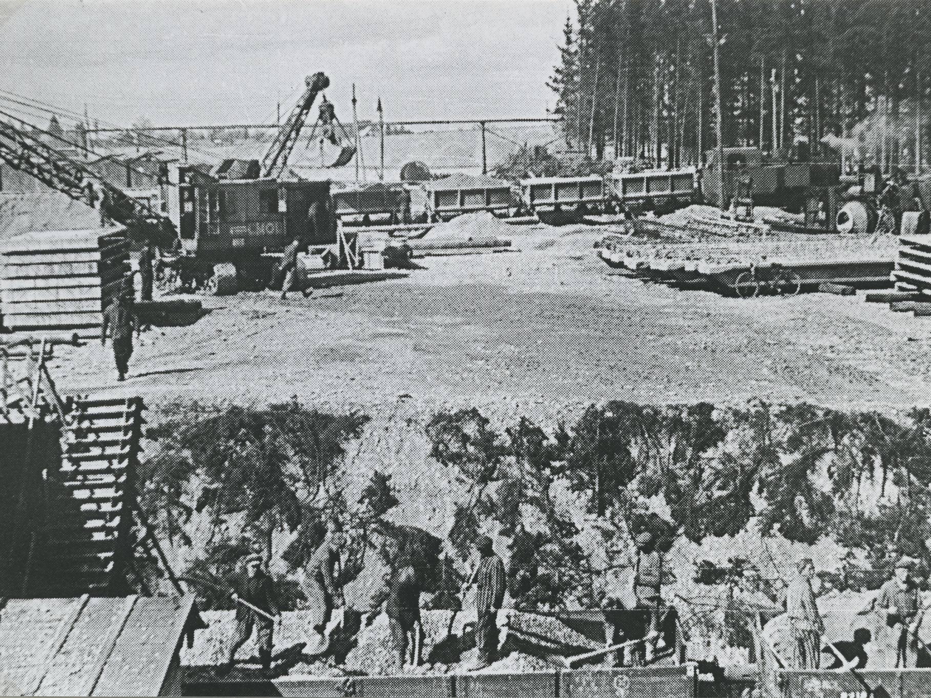 KZ-Häftlinge entladen Kies auf der Bunkerbaustelle