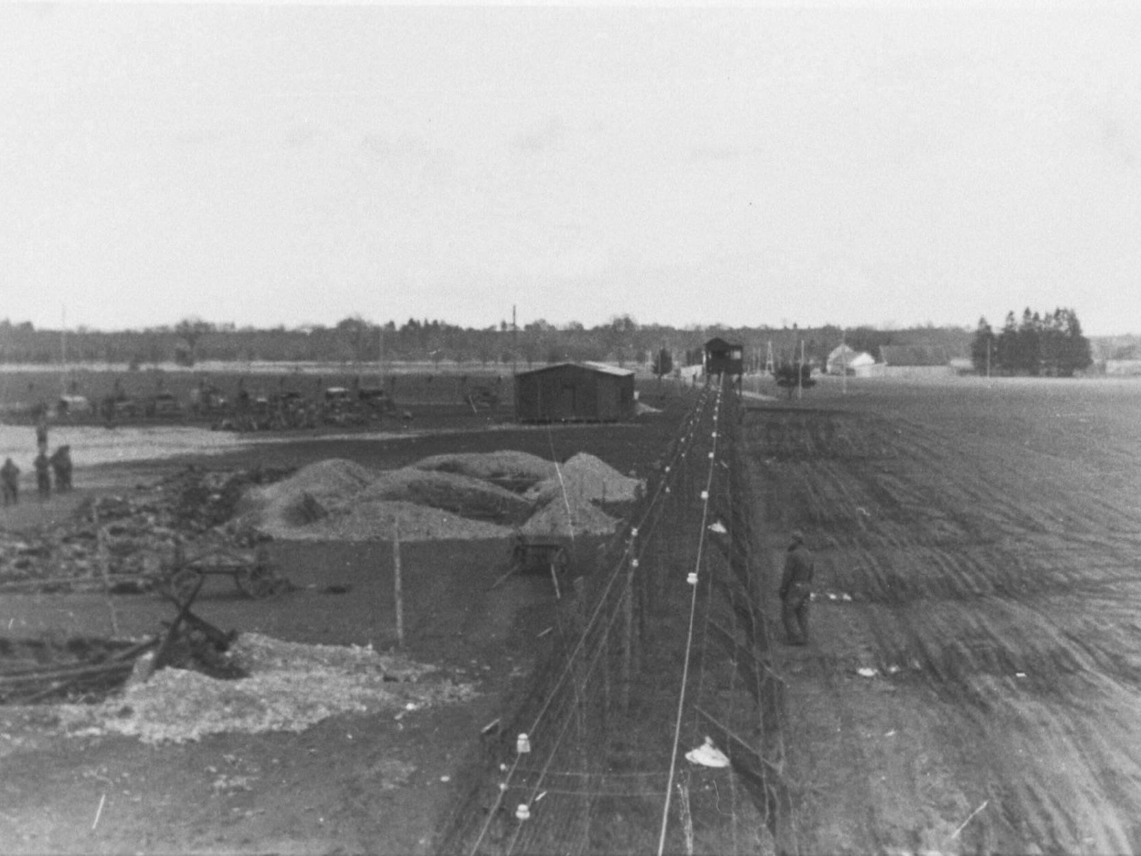 Die ausgehobenen Massengräber des KZ-Außenlagers Kaufering IV (Hurlach) nach der Befreiung.